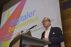"""Das """"Zeitalter der Dematerialisierung"""": """"Alles was digitalisiert und in Datensätze verwandelt werden kann, wird digitalisiert und in Datensätze verwandelt werden"""" und """"alles was automatisiert werden kann, wird auch automatisiert werden"""", erläutert Karl-Heinz Land auf dem Effizienten Staat 2015. Foto: BS/Dombrowsky"""